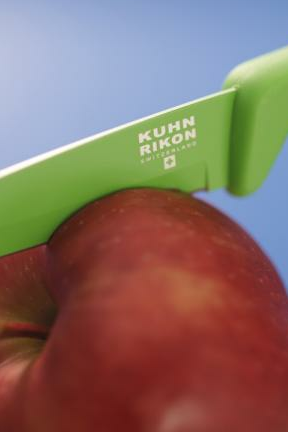 Glide through apples and other food thanks to the sharp, non-stick blade.